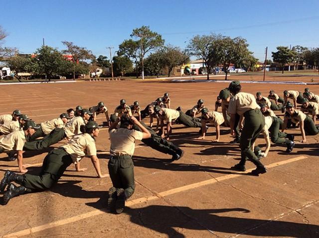 Concluíram o curso 43 jovens; formatura foi neste sábado no pátio do Douradão – Foto: Clóvis de Oliveira