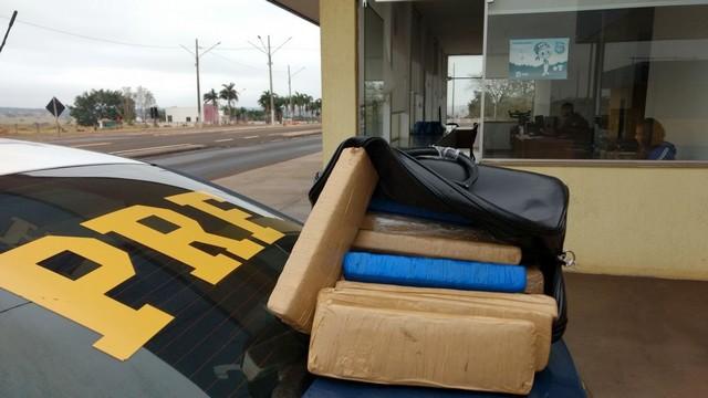Foram apreendidos 14,390 kg de maconha – Foto: PRF