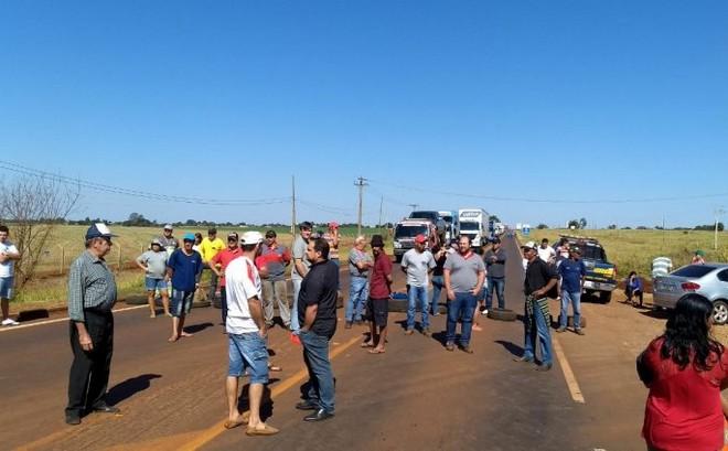 Bloqueio de moradores da Sitioca Campo Belo gerou congestionamento na BR-163 em Dourados - Foto: Thiago Wesley/94FM