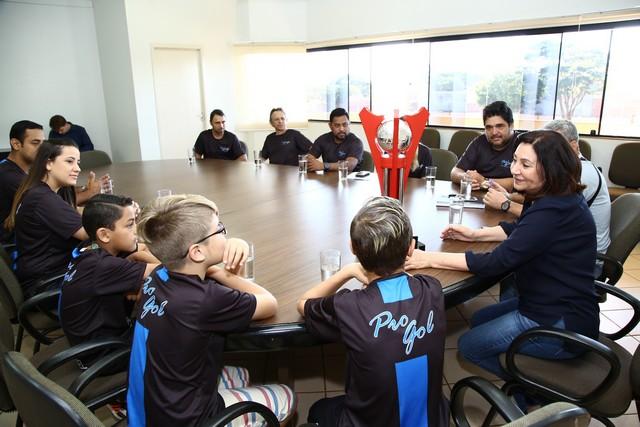 A prefeita Délia cumprimentou e parabenizou os pequenos atletas pela importante conquista e ressaltou a importância dos estudos e da dedicação nos esportes - Foto: A. Frota