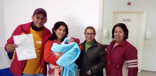 Pai exibe certidão de nascimento do filho; registro foi a garantia de um direito de toda família, diz ele - Divulgação
