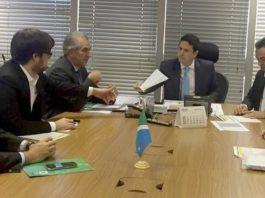Governador Reinaldo Azambuja e o prefeito de Campo Grande, Marcos Trad, durante reunião com o ministro das Cidades, Bruno Araújo – Foto: Assessoria