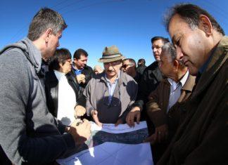 Secretário mostra no mapa feito pela prefeitura onde podem ser reabertos os acessos – Foto: A. Frota