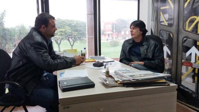 Carlito do Gás com o diretor da Agetran, Carlos Fábio - Divulgação