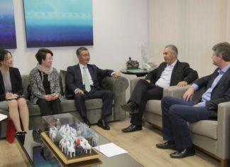 Casal de embaixadores da Coreia (ao centro) e primeira-secretária (esq.) conversam com governador Reinaldo Azambuja e secretário Jaime Verruck - Foto: Chico Ribeiro