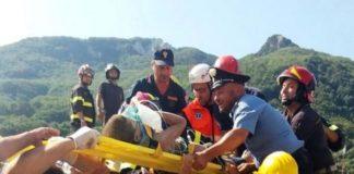 Equipes lutam para resgatar um dos dois irmãos que ficaram soterrados - Foto: Ansa