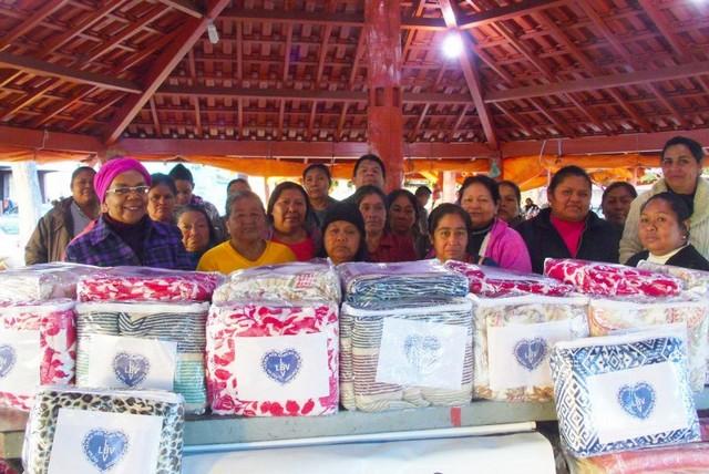 Entrega de cobertores para as famílias indígenas que vivem na Praça da Índias, em Campo Grande – Foto: Genivaldo Marquiza