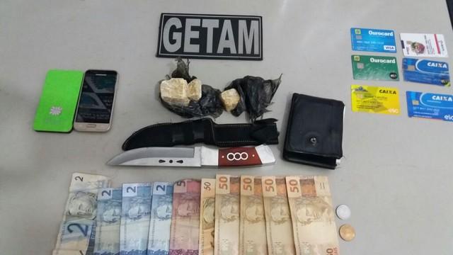 Drogas, dinheiro e objetos apreendidos com traficante – Divulgação 3º BPM