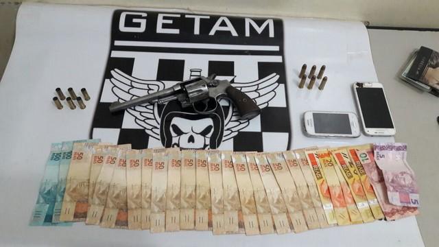 Arma, munições, dinheiro e celulares apreendidos em uma das ações da Polícia Militar neste final de semana – Divulgação PM