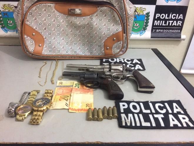 Armas usadas no assalto e joias roubadas da joalheria, apreendidos pelos policiais – Divulgação PM