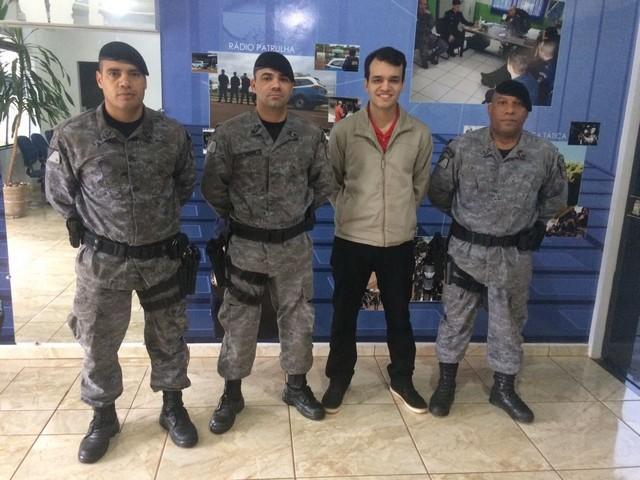Leonardo com policiais que o salvaram de linchamento após acidente de trânsito – Divulgação 3º BPM