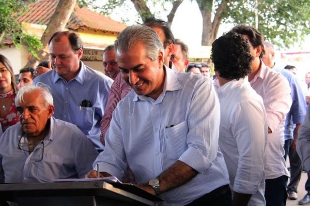 Reinaldo assina a ordem de serviço da obra de pavimentação da MS-450 - Foto: Chico Ribeiro