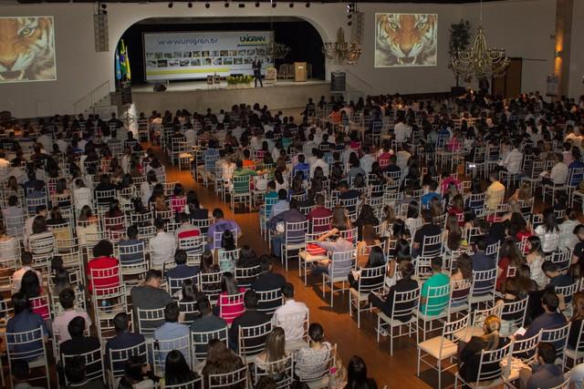 Acadêmicos lotam o salão de eventos da UNIGRAN para prestigiar a abertura da XXXVIII Semana Jurídica – Foto: Decom