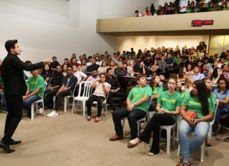 Ilusionista Henry Vargas durante apresentação no plenário da Assembleia Legislativa nesta terça-feira, 29, durante a abertura da 4ª Semana Estadual do Jovem Empreendedor - Foto: Victor Chileno