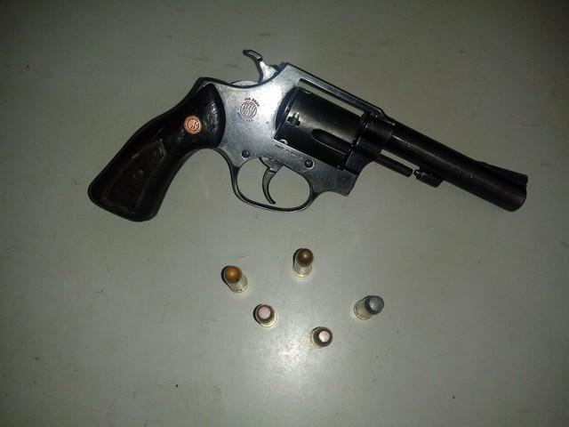 Arma apreendida, um revólver calibre 38 com cinco munições intactas - Assessoria