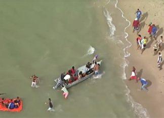 Barcos resgatam vítimas de naufrágio na Baía de Todos-os-Santos, na Grande Salvador, nesta quinta - Reprodução/TV Record