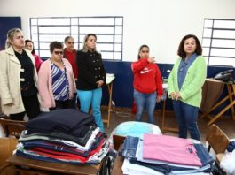 Prefeita Délia visitou a lavanderia e ouviu das trabalhadoras um pouco sobre o serviço executado por elas - Foto: A. Frota