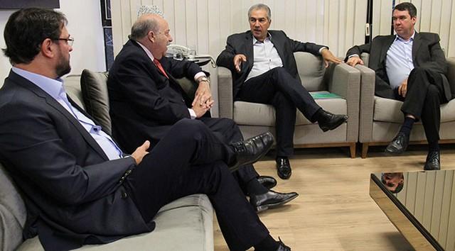 Reinaldo Azambuja recebeu o embaixador Carlos Alberto Simas Magalhães nesta terça-feira – Foto: Chico Ribeiro