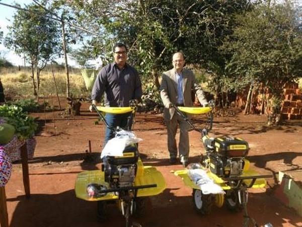 Madson e Barbosinha comemoram aquisição de equipamentos para prática de agricultura familiar - Foto: Assessoria