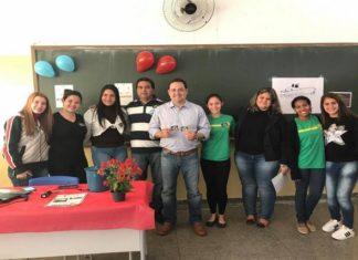 Deputado Marcio Fernandes ao lado do vice-prefeito Mene e as alunas com projeto sobre lixo sustentável - Assessoria