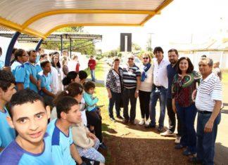 Ponto de ônibus com estrutura de sete assentos e cobertura, foi entregue na manhã desta quarta-feira pela prefeita Délia Razuk - Foto: A. Frota