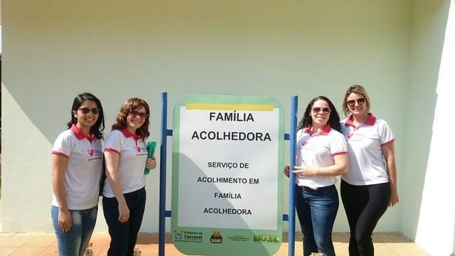 Equipe do programa Família Acolhedora de Dourados, na sede de projeto similar em Cascavel, no Paraná - Divulgação