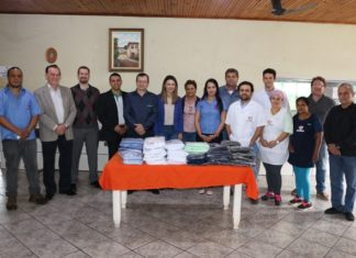 A agência Dourados/Centro entregou uma doação de uniformes aos funcionários do Lar do Idoso - Divulgação