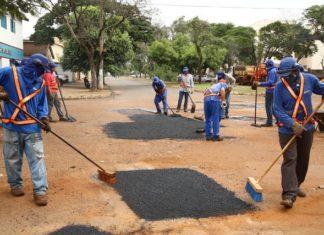 As frentes de trabalho do tapa-buraco têm encontrado situações bastante precárias de ruas na periferia - Foto: A. Frota