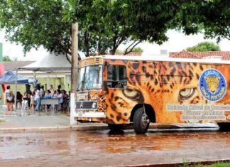 Atendimento é realizado dentro da unidade móvel, que é um ônibus equipado, onde também realizam o ultrassom de mama - Divulgação