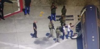 Momento do embarque de Joesley Batista e Ricardo Saud no Aeroporto de Congonhas, às 14h, rumo a Brasília, onde ficarão presos – Reprodução TV Globo