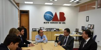 Jesner Escadolhero, diretor-regional do Senai, esteve com o presidente da OAB/MS, Mansour Elias Karmouche, para convidar a instituição a participar do evento - Assessoria
