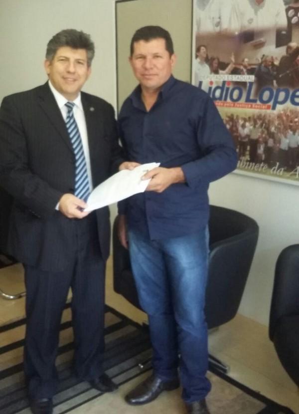 Vereador Olavo Sul entrega ofício ao deputado estadual Lidio Lopes, ambos do PEN, solicitando emendas para os Distritos de Dourados - Foto: Assessoria