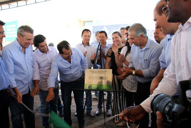 Governador descerra placa de inauguração da Estação de Tratamento de Esgotos, investimento de R$ 2,9 milhões, ambos recursos próprios da Sanesul – Foto: Chico Ribeiro