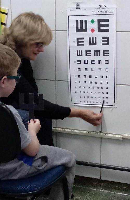 Professora Elza Chaves Guimarães realizando avaliação em aluno com deficiência visual - Foto: Divulgação/ Semed