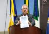 Sergio Nogueira mostrando fotos tiradas no posto de saúde - Foto: Eder Gonçalves