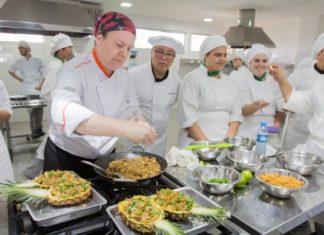 Chef Patty Toldi durante aula show para acadêmicos do curso de Gastronomia da UNIGRAN – Divulgação/Unigran