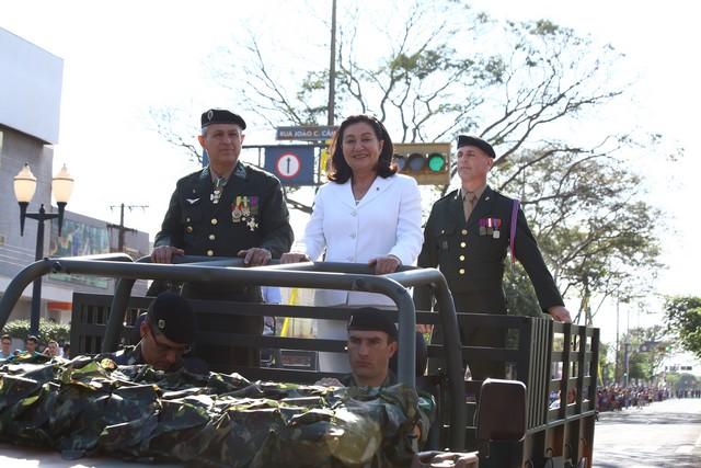 Prefeita Délia Razuk durante desfile neste 7 de setembro, em carro aberto do Exército – Foto: Assecom