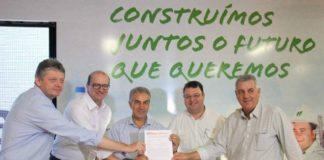 Governador Reinaldo Azambuja junto ao secretário Jaime Verruck entregaram à Fibria a Licença de Operação da unidade Horizonte 2, emitida pela Imasul - Foto: Chico Ribeiro