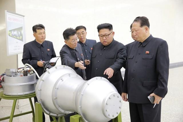 Kim Jong-Un inspeciona suposta bomba de hidrogênio em foto divulgada no sábado (2) - Foto: KCNA via REUTERS