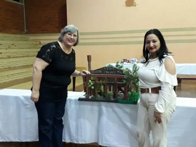 Denize Portolann, secretária de Educação do município, participou do evento e foi presenteada com uma das maquetes, como lembrança do projeto - Assessoria