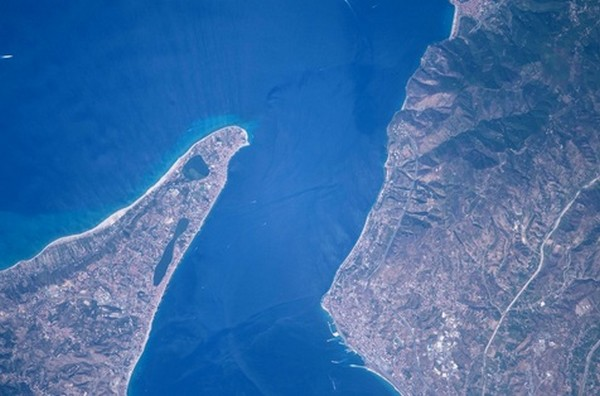 Foto do Estreito de Messina, que separa a ilha da Sicília à Itália continental, tirada pelo astronauta italiano Paolo Nespoli - Foto: Reprodução/ Twitter