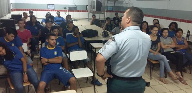 Alunos e funcionários da escola Maria da Conceição Angélica, no Jardim Guaicurus, assistiram palestra nesta terça – Divulgação 3º BPM