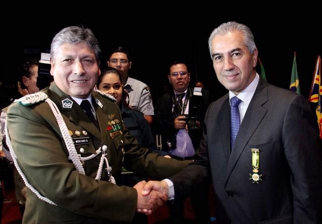 Coronel da Polícia Nacional da Bolívia, José Mercado Alvarez, e o governador Reinaldo Azambuja sendo homenageado – Foto: Chico Ribeiro