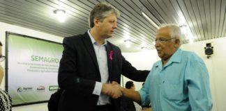 Convênio foi assinado neste dia 5 pelo secretário Jaime Verruck e Edson dos Santos da Silva, presidente da Associação Naviraiense Terra e Paz – Foto: João Prestes