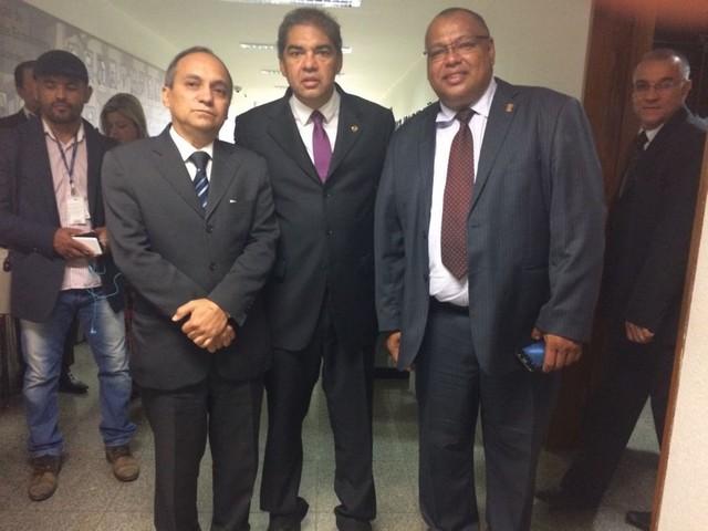 Costa Neto, da Fenajufe, com o senador Hélio José e Eliezer Inácio, do Sindjufe - Assessoria