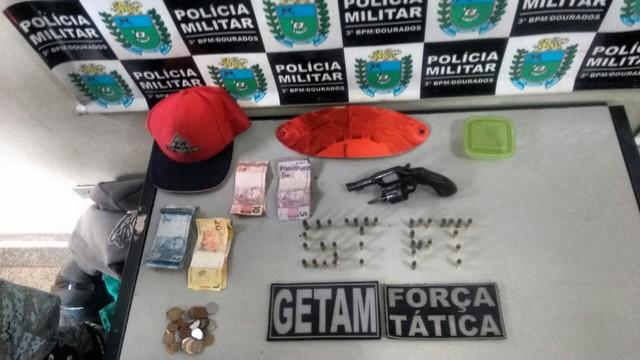 Dinheiro, arma e munições apreendidos na ação policial – Divulgação 3º BPM
