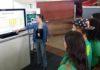 Pesquisadora da Embrapa Gado de Corte, Alessandra Nicacio fala com estudantes no estande da Embrapa - Divulgação