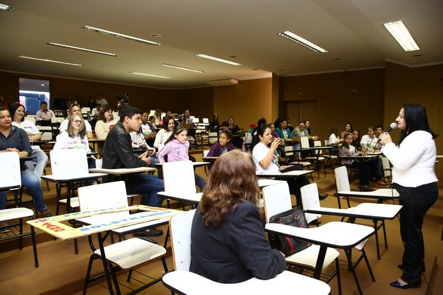 Secretária Denize Portollann abriu o evento da final do Projeto Soletrando no auditório do CAM - Foto: A. Frota