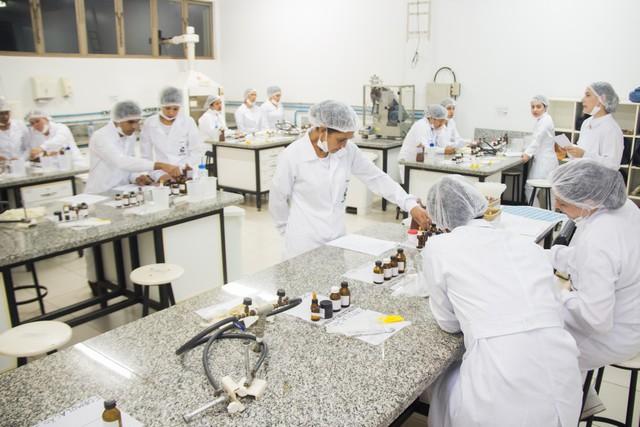 Aula prática ensina a manipulação de fórmulas de cosméticos – Divulgação/Unigran