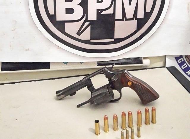 Arma apreendida com o acusado, revólver calibre 38 e 12 munições calibre 38 e 22 – Foto: Divulgação 3º BPM